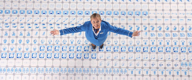 Bijzondere Flight Safety film van KLM met meer dan 1.000 Delfts blauwe tegels