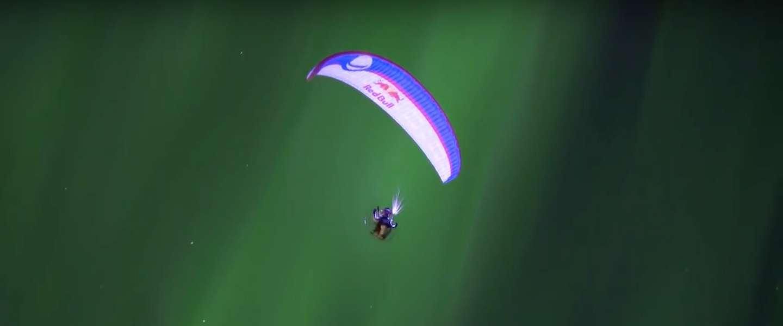 Spectaculaire video: paraglider vliegt door het noorderlicht