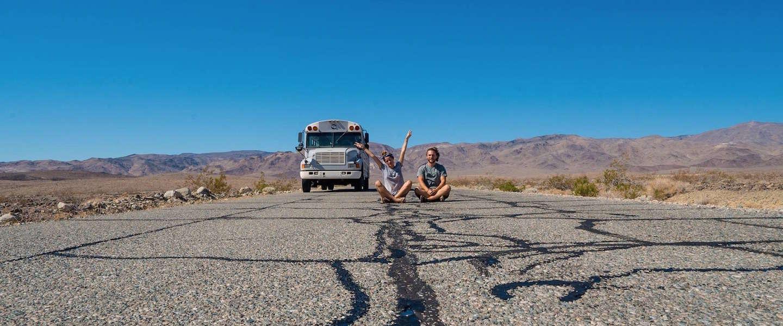 Dit stel reist rond in Amerika in een oude schoolbus!