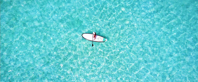 Deze surfer steekt suppend de Atlantische Oceaan over
