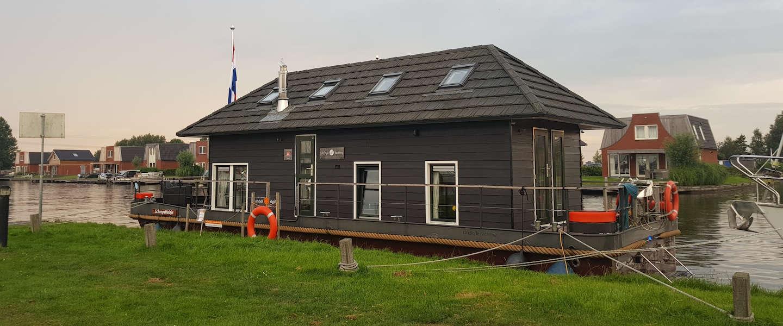 De Friese meren verkennen doe je vanaf een Vaarhuisje!