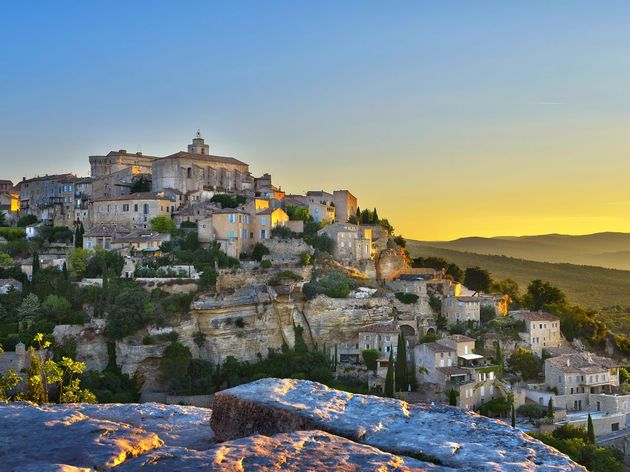 built-in-the-foothills-of-the-vaucluse-mountains-in-france-gordes-is-a-popular-village-thanks-to-its-dramatic-location-and-its-reputation-for-being-a-destination-for-movie-stars-and-artists-explore-its-narrow-cobblestone-streets-or-head-to-the-nearby