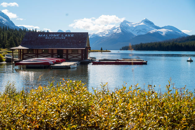 Maligne_Lake_boathouse