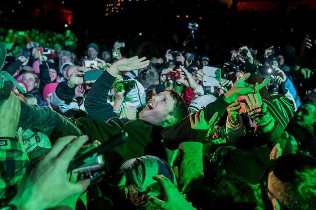 james_blunt_crowdsurfing
