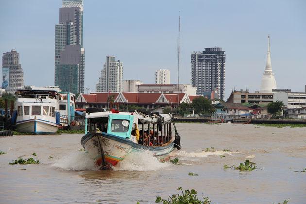 Varen over de kolkende Chao Phraya Rivier is een must
