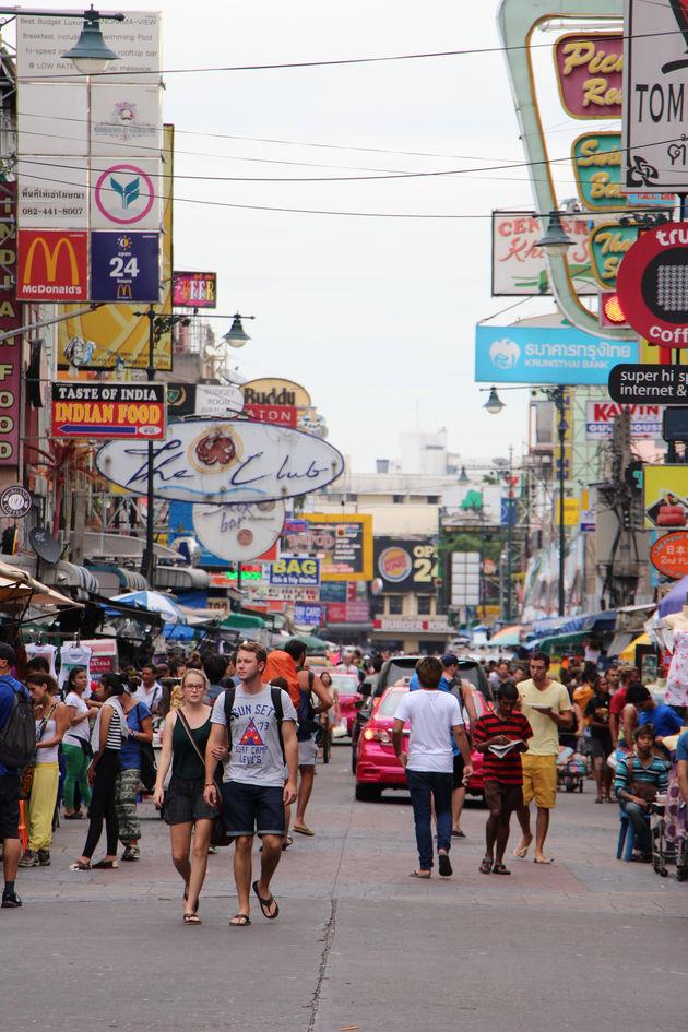Wandelen over de Khao San Road