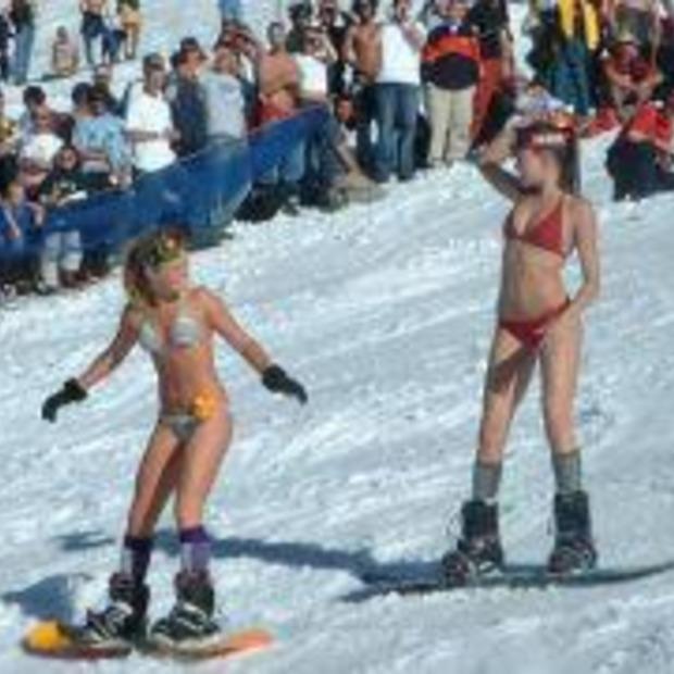 Bikini snowboarden; Voor als je niet kan kiezen tussen de zomer en de winter ;-)