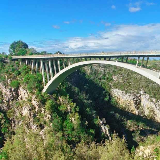 Bungeejumpen vanaf de Bloukransbrug in Zuid-Afrika