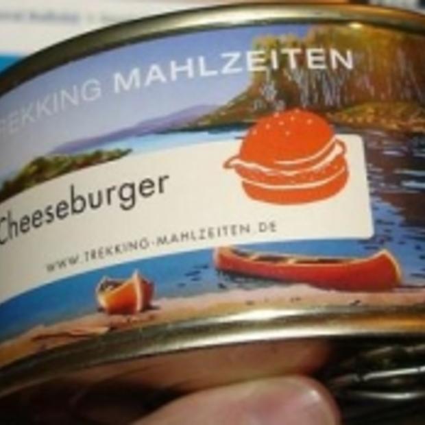 Smaaktest van een cheeseburger uit blik [Video]