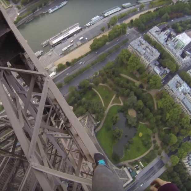 Waaghalzen beklimmen de Eiffeltoren #gekkenwerk
