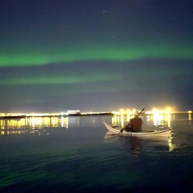 Surfen en kajakken onder het noorderlicht in IJsland