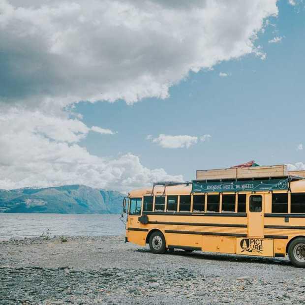 The Nomads Bus: deze oude schoolbus reist als een hostel door Europa