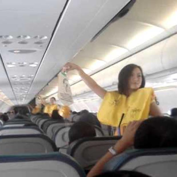 Video: Veiligheidsinstructies in vliegtuig opgeleukt met dansje!