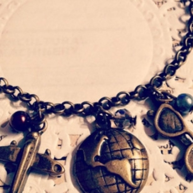 Cadeautip voor lady travellers: vintage armband met bedeltjes