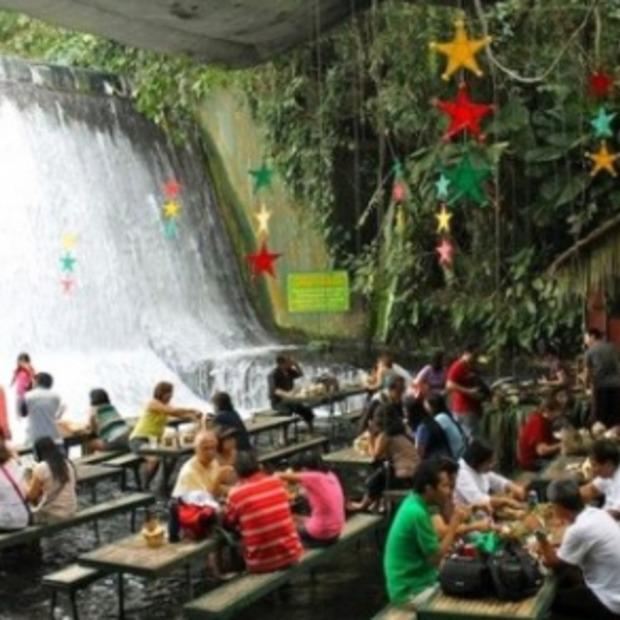 Dineren aan de voet van een waterval