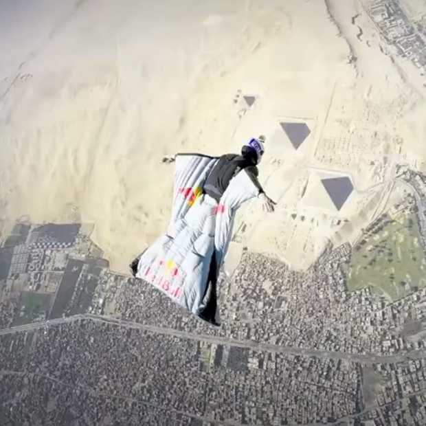 In een wingsuit boven de Piramiden van Giseh