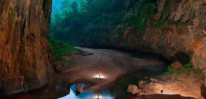 Schitterende drone-beelden van de grootste grot ter wereld!