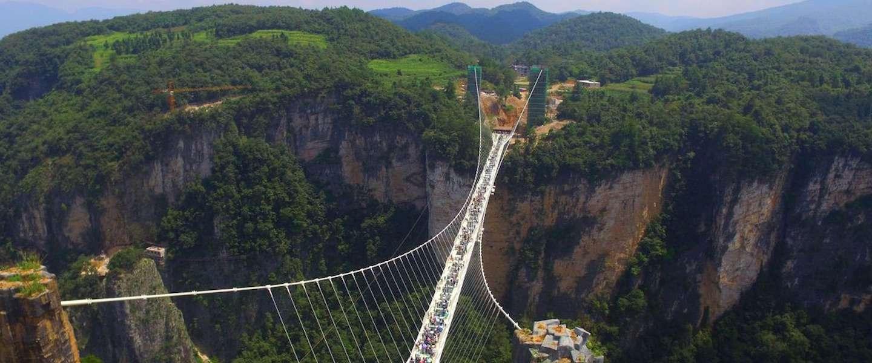 De langste glazen brug ter wereld geopend in China