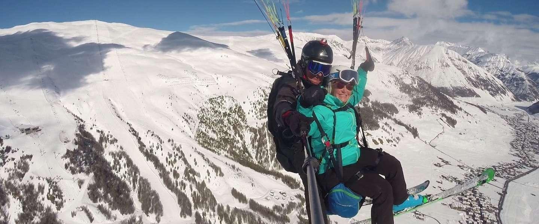 Paragliden boven de prachtig besneeuwde bergtoppen van Livigno!