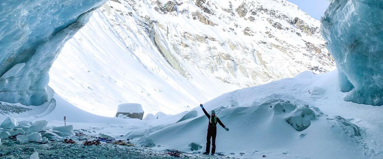 Op sneeuwschoenen naar een sensationele ijsgrot in de Zinal gletsjer