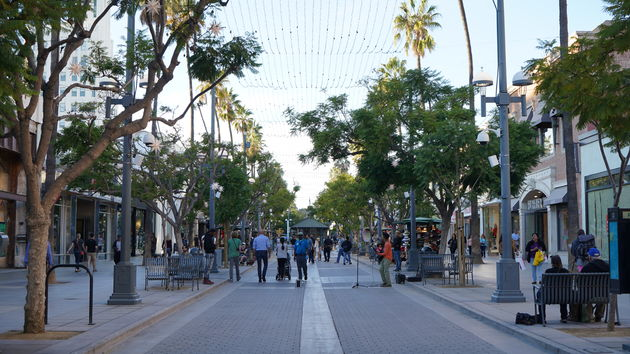 3rd_Street_Promenade_Santa_Monica