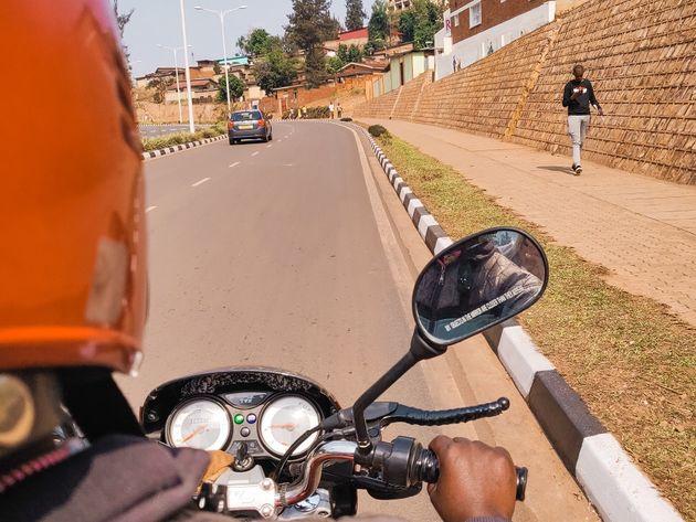 Achterop een motortaxi door Kigali