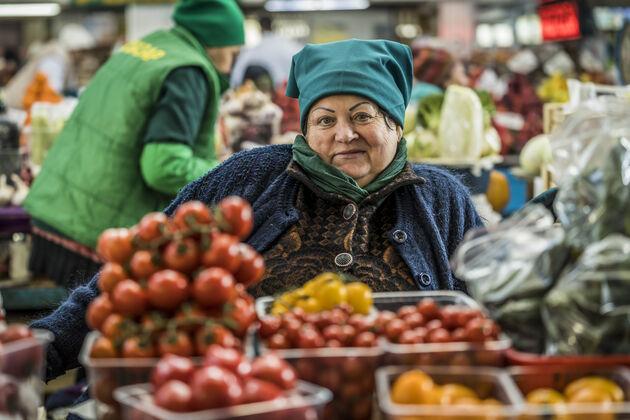 Almaty_Green_Market_verkoopster