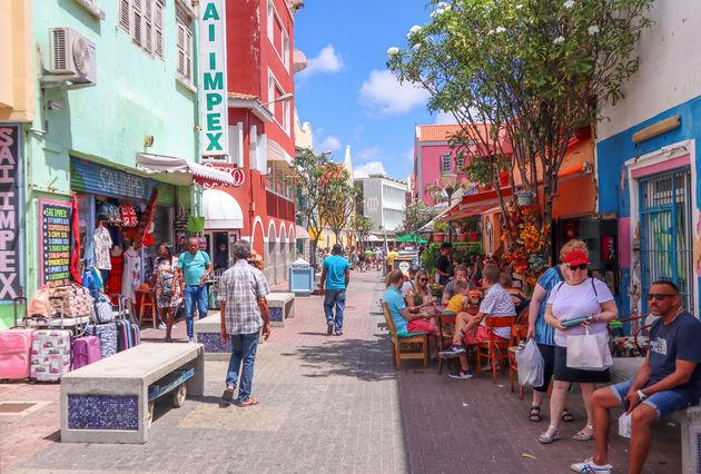 doen-curacao-willemstad-straat