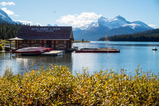 Maligne_Lake_boathouse