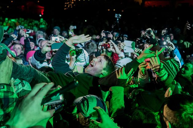 james_blunt_crowdsurfing
