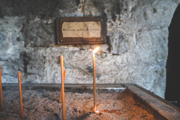 kaarsje-branden-klooster