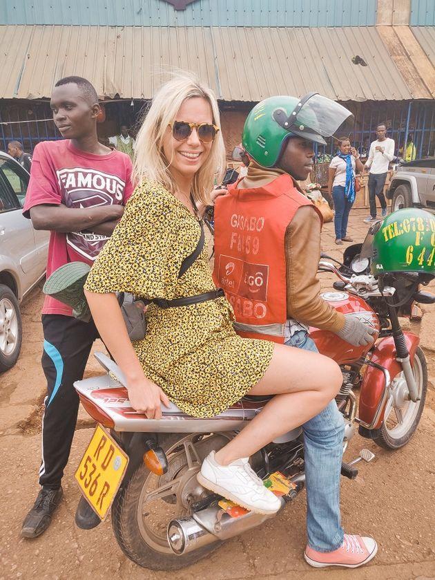 Kigali achterop een motortaxi