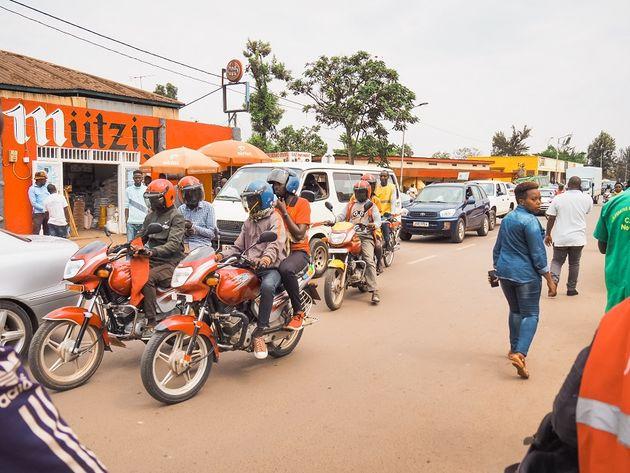 Kigali straatbeeld motortaxis
