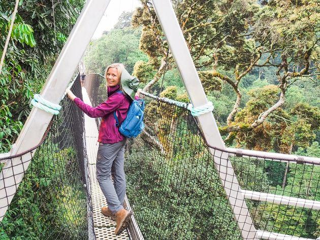 Lopen over loopbrug Nyungwe Rwanda