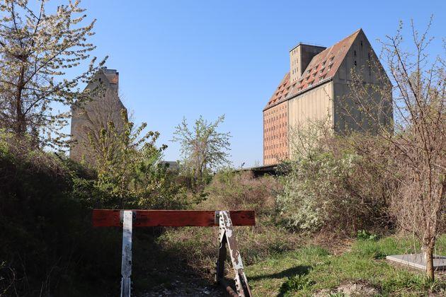 Magdeburg-fabrieksgebouwen-Elbe