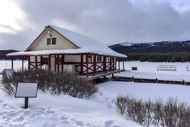 maligne-lake-boathouse