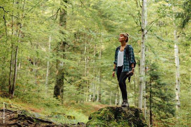 meisje in bos