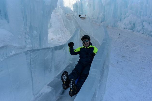 michael-glijbaan-edmonton-ice-castles