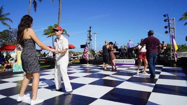 Ocean_Drive_Miami_Dancing
