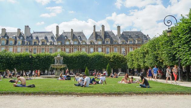 Place-des-Vosges-picknick