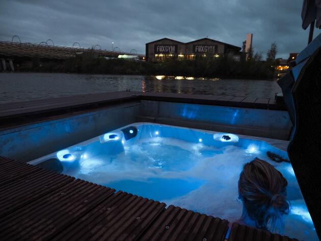 sAvonds in de jacuzzi op de Wikkelboat in Den Bosch