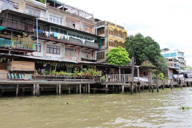 Vanaf het water van de Chao Phraya Rivier zie je de mooiste taferelen