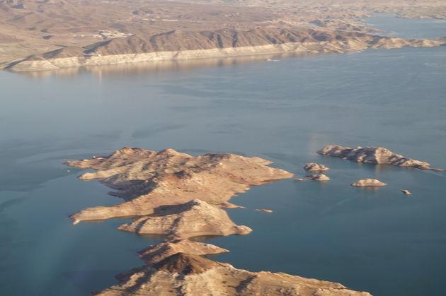Witte kalkstroken meer