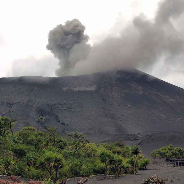 Quadcopter maakt geweldige beelden boven vulkaan