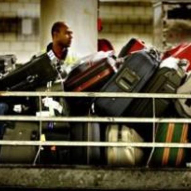 """""""Passagiers Ryanair zelf bagage naar viegtuig brengen"""""""