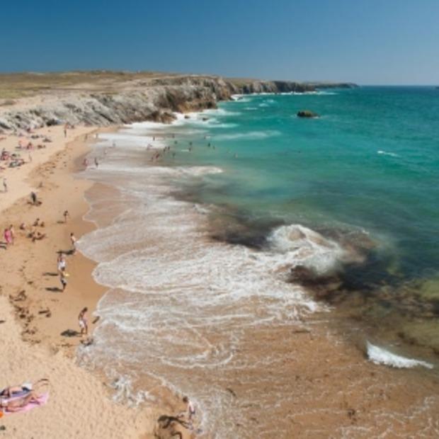 Bretagne (Frankrijk) wil schone stranden komende zomer en zet aspakjes in