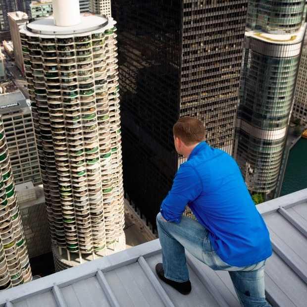 Geblinkdoekt over een koord tussen de wolkenkrabbers van Chicago