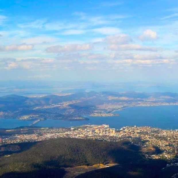 Stad en natuur op eiland Tasmanië