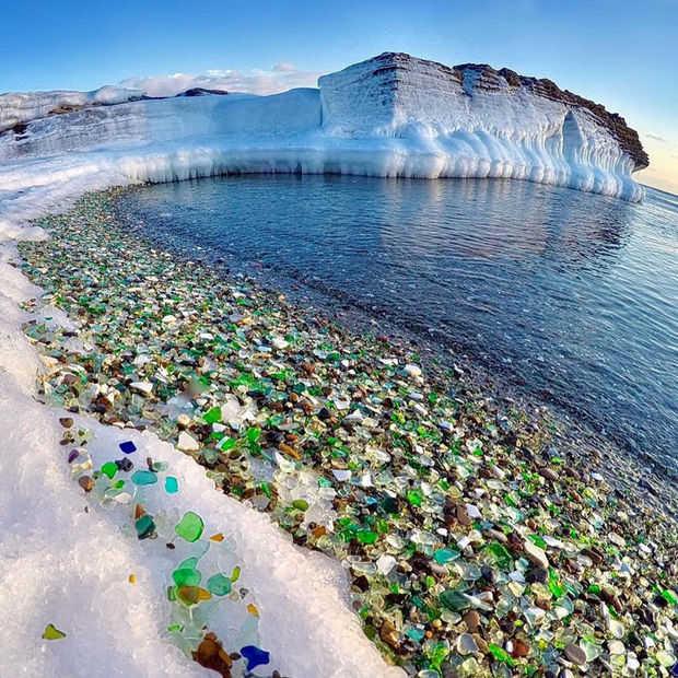 Uniek strand in Russisch Ussuri Bay bestaat uit gekleurd glas