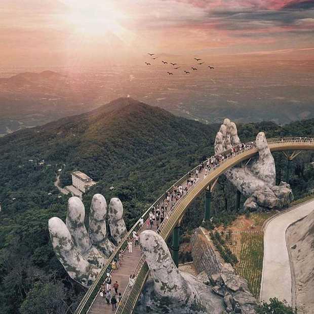 Vietnam is een sensationele brug rijker: de Golden Bridge